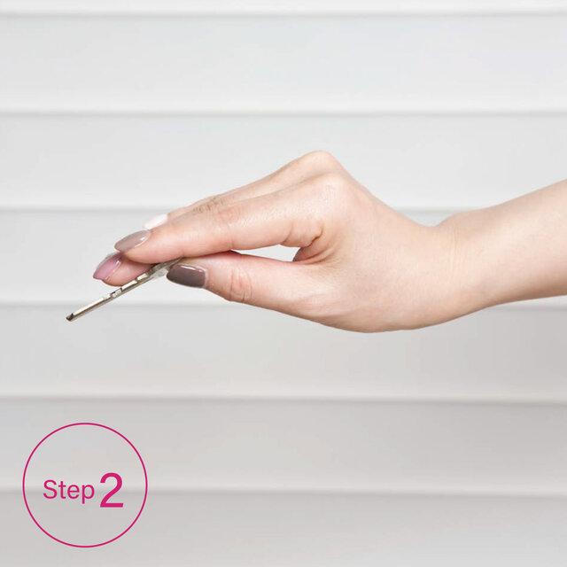 [Step2]そのまま腕をスッと伸ばして鍵を鍵穴に差し、手首を回す。