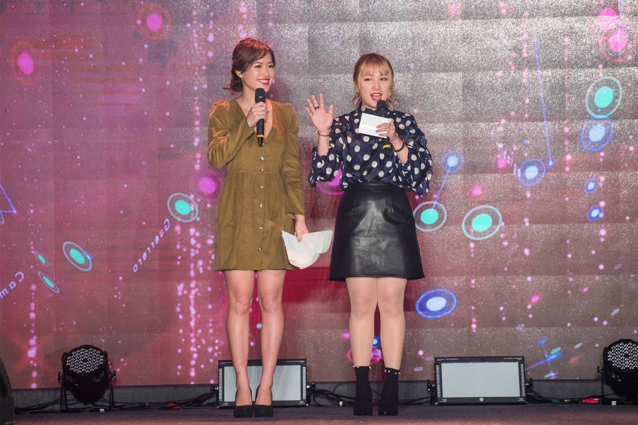 跟關係超好的Mira一起在舞台上一搭一唱