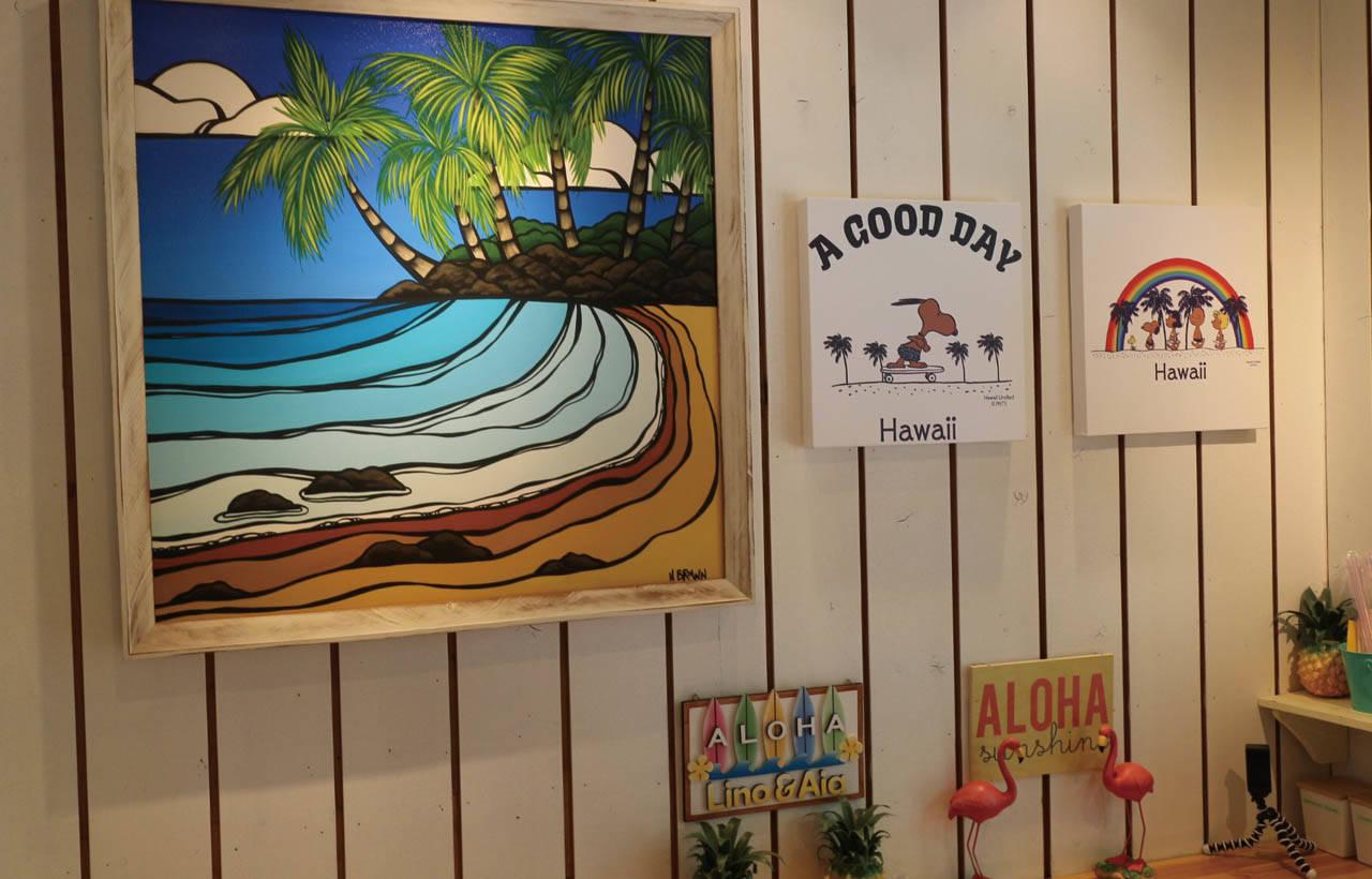 店內可見夏威夷限定的 SNOOPY油畫、鳳梨和紅 鶴擺飾。