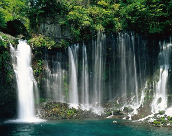 ▲暗門瀑布,青森縣境內的岩木川的支流形成共三段的瀑布,周圍則是生長著山毛櫸與松樹的險峻岩壁。