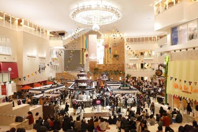 「飲料巧克力」賣場(照片遠處)和大型台階休息處(照片近處)