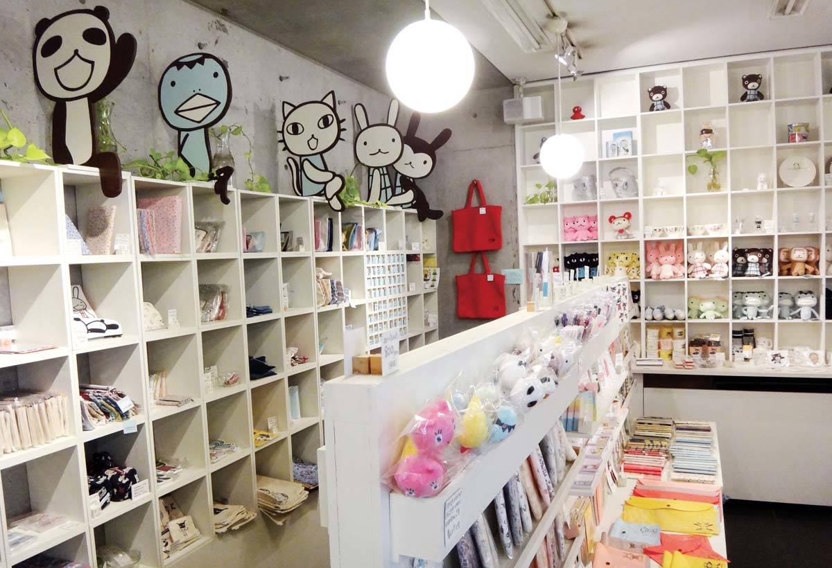 商品櫃上裝飾著可愛的動物主角們。