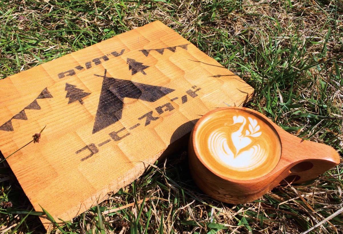 咖啡杯裝著自家焙煎的拿鐵,顯得格外可愛。