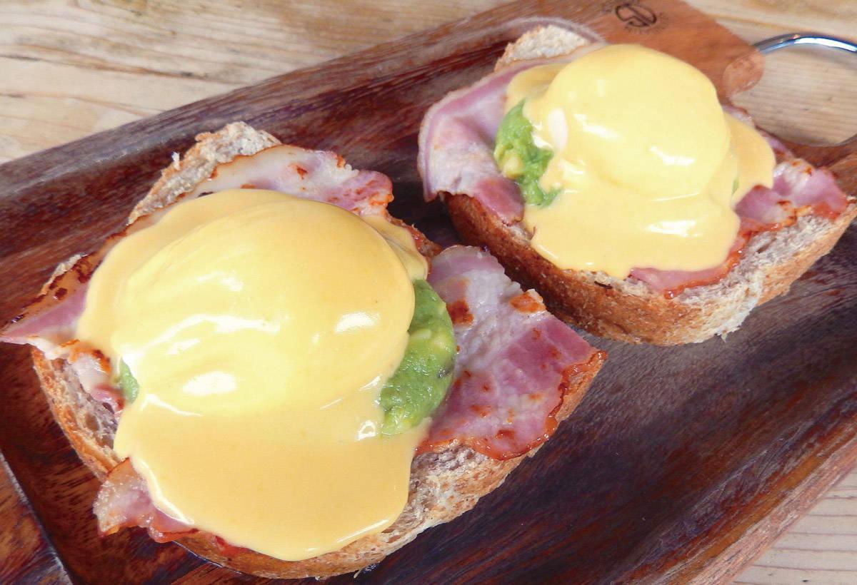 班尼迪克蛋吐司(1,000日圓)在 小麥麵包上,放上培根、酪梨和水波蛋。