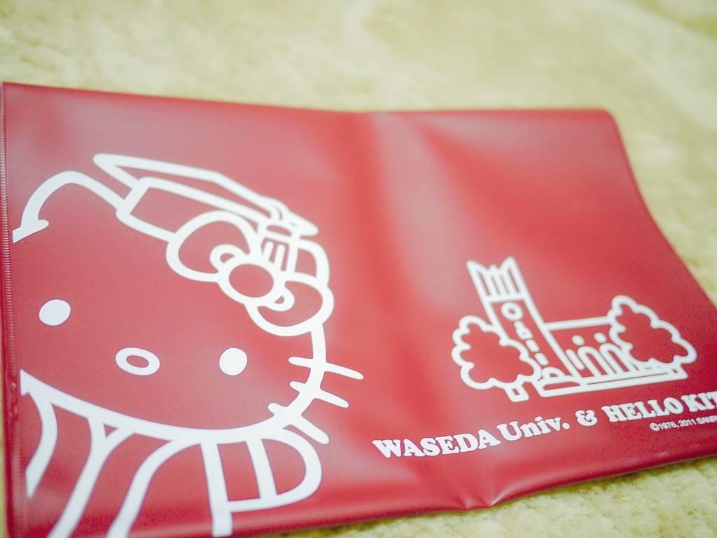 ▲和Hello Kitty合作推出的學校周邊商品(裝書籍的手拿套)