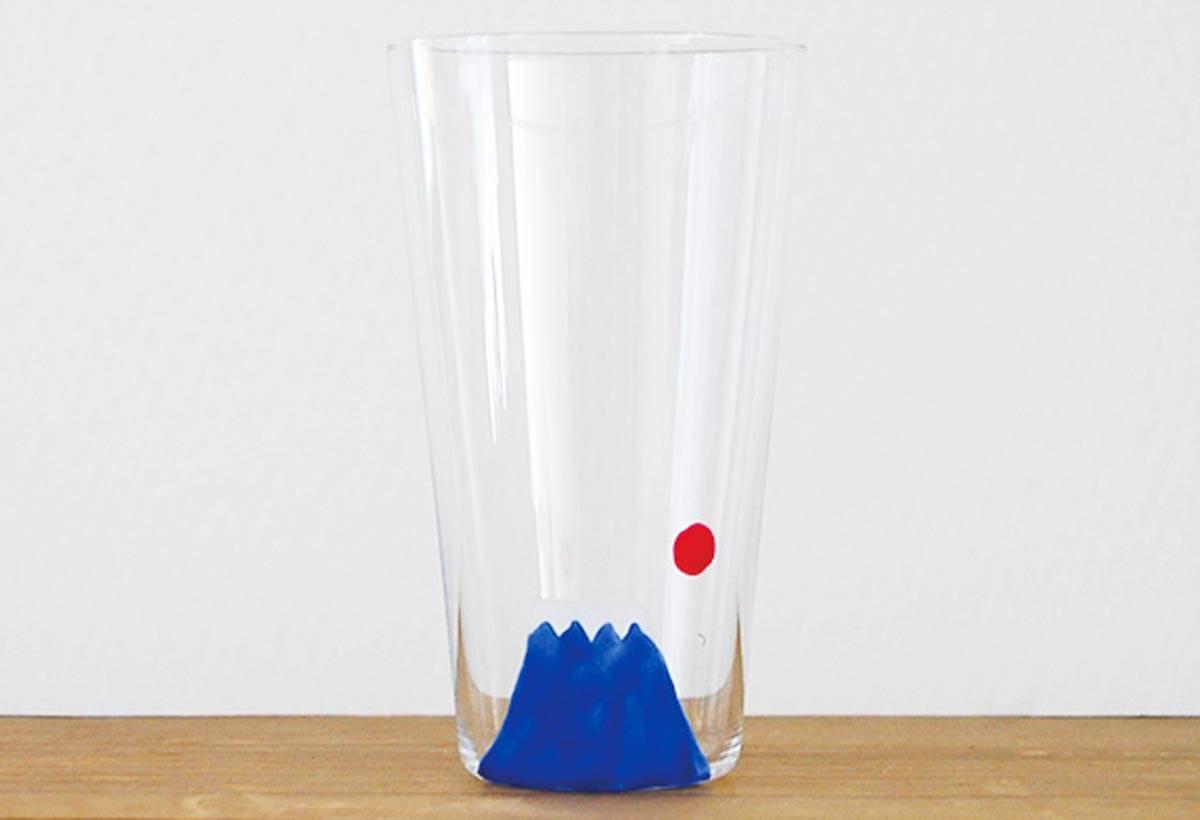 逆富士山玻璃杯(1,800 日圓)出自插畫家平井櫻,是店內人氣商品。