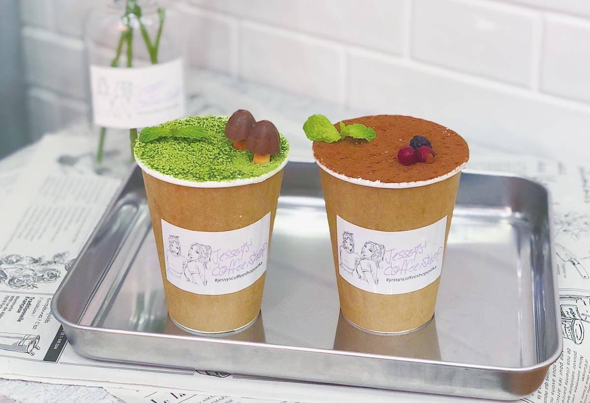 提拉米蘇拿鐵(650 日 圓)撒滿抹茶粉和可可粉, 最後再擺上蘑菇造型巧克 力和莓果點綴。
