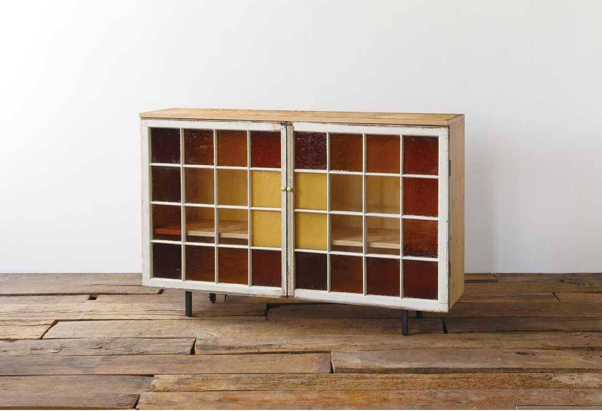 CUSTOM CABINET(200,000 日圓)將美國民宅的花窗 玻璃再次利用,商品細節全由職人親手打造而成。
