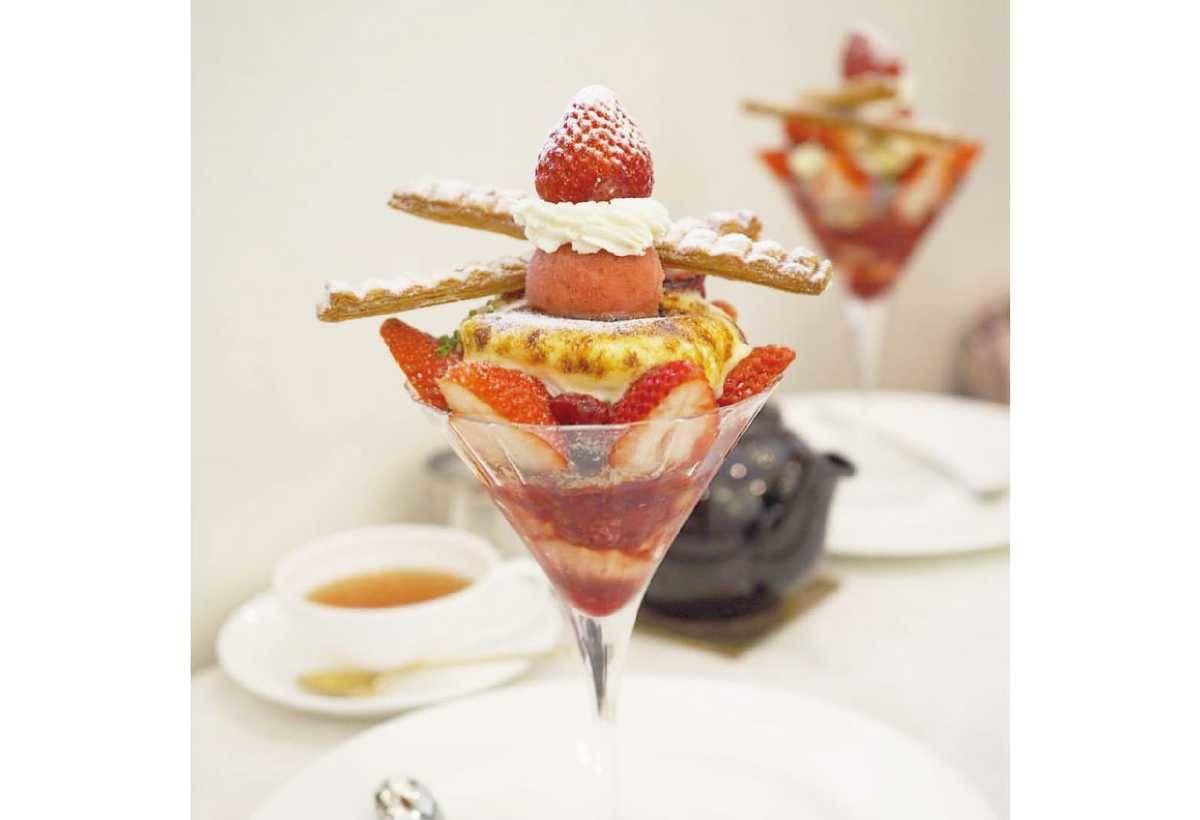草莓法式千層聖代(2100 日圓)現烤的酥脆派皮,融合新鮮草莓和濃郁的卡士達醬, 是季節限定的人氣商品。