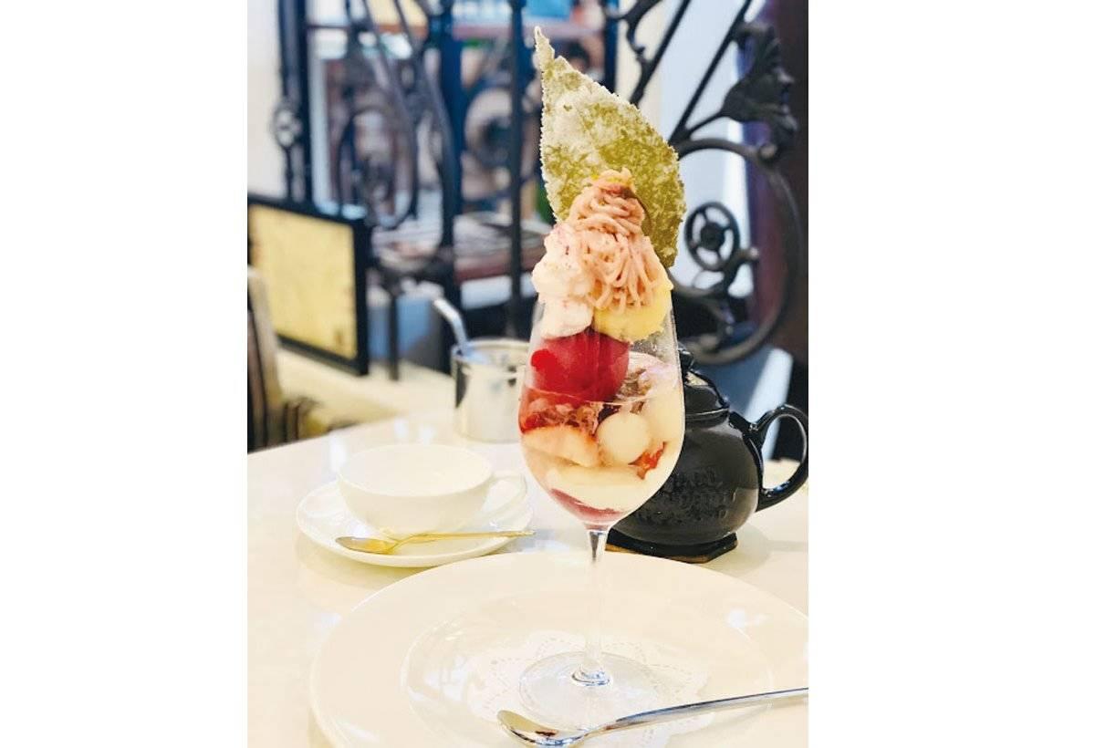 櫻花聖代(1950 日圓)櫻花奶油、櫻花果凍和白玉組合而 成的聖代,洋溢春天氣息。