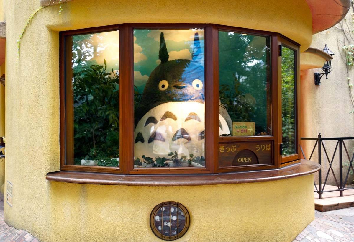 可愛的龍貓在門口迎接你!小心別把票交給它喔。