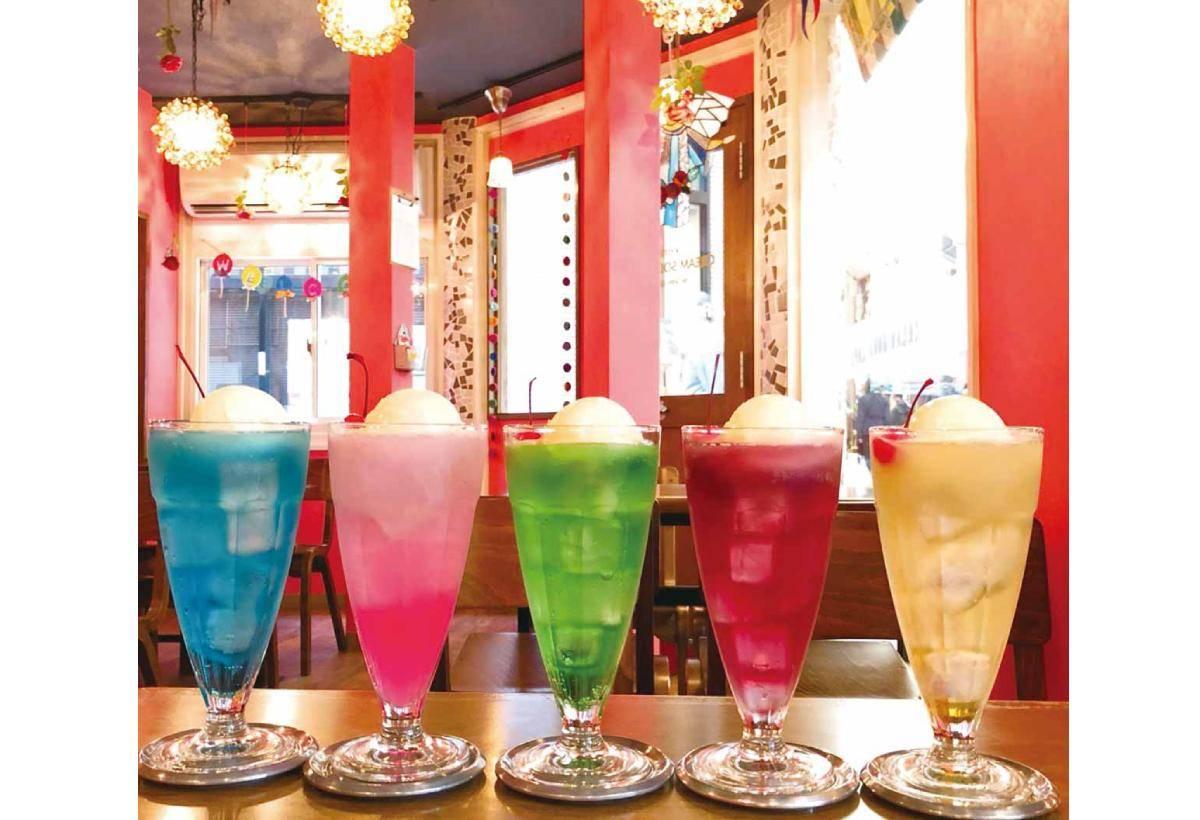 上兩張圖分為迷你和正常容量,一字排開的冰淇淋蘇打,宛如寶石般閃閃發亮的模樣,好喝又好拍。