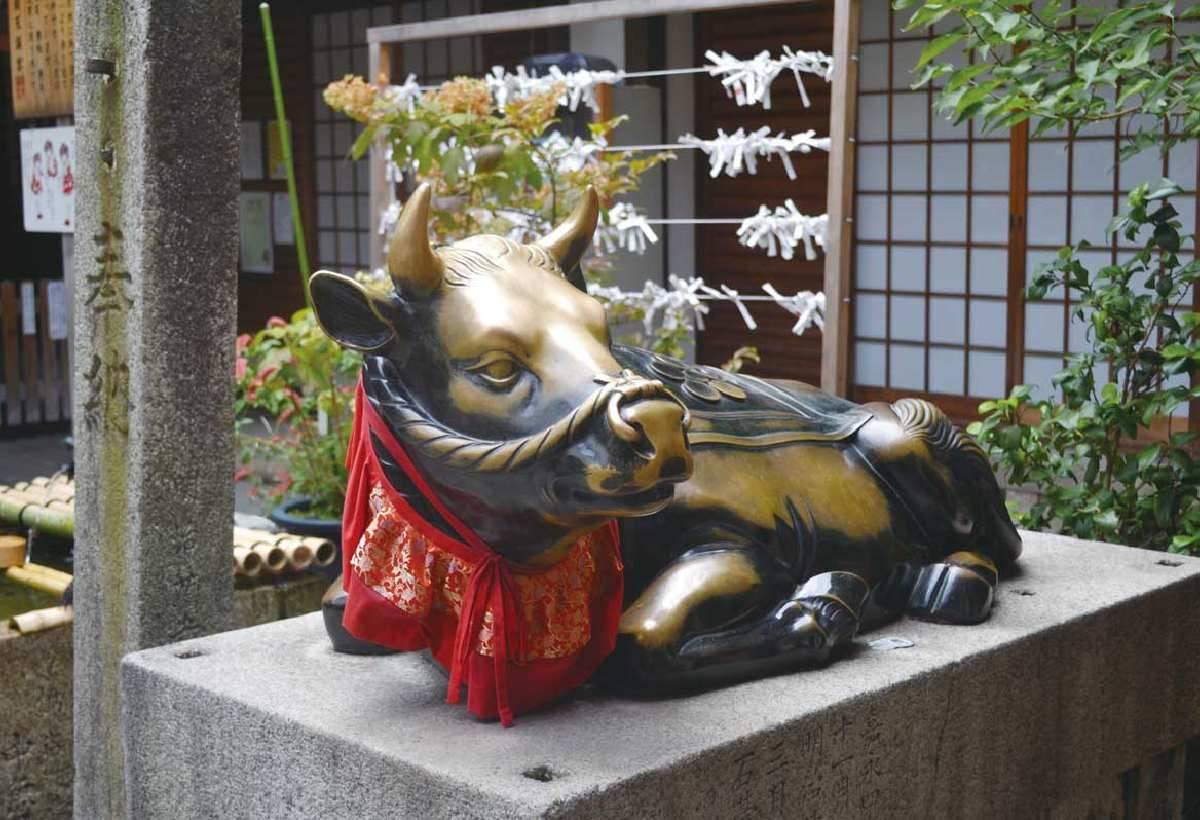 宮內的御神牛相當有名,傳說摸神牛能保佑平安和帶來好運,還可以變聰明。