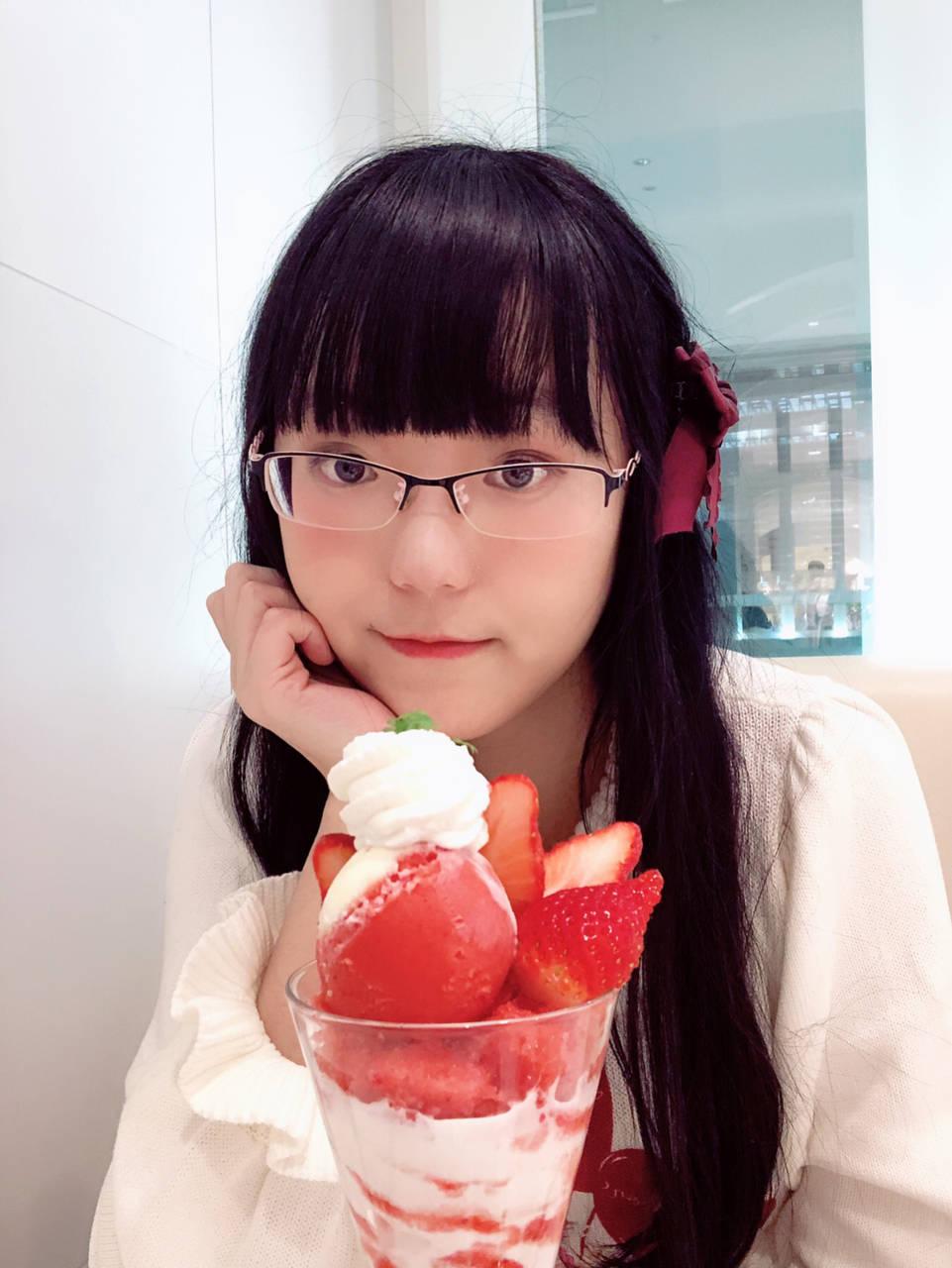 △努力和草莓聖代合影