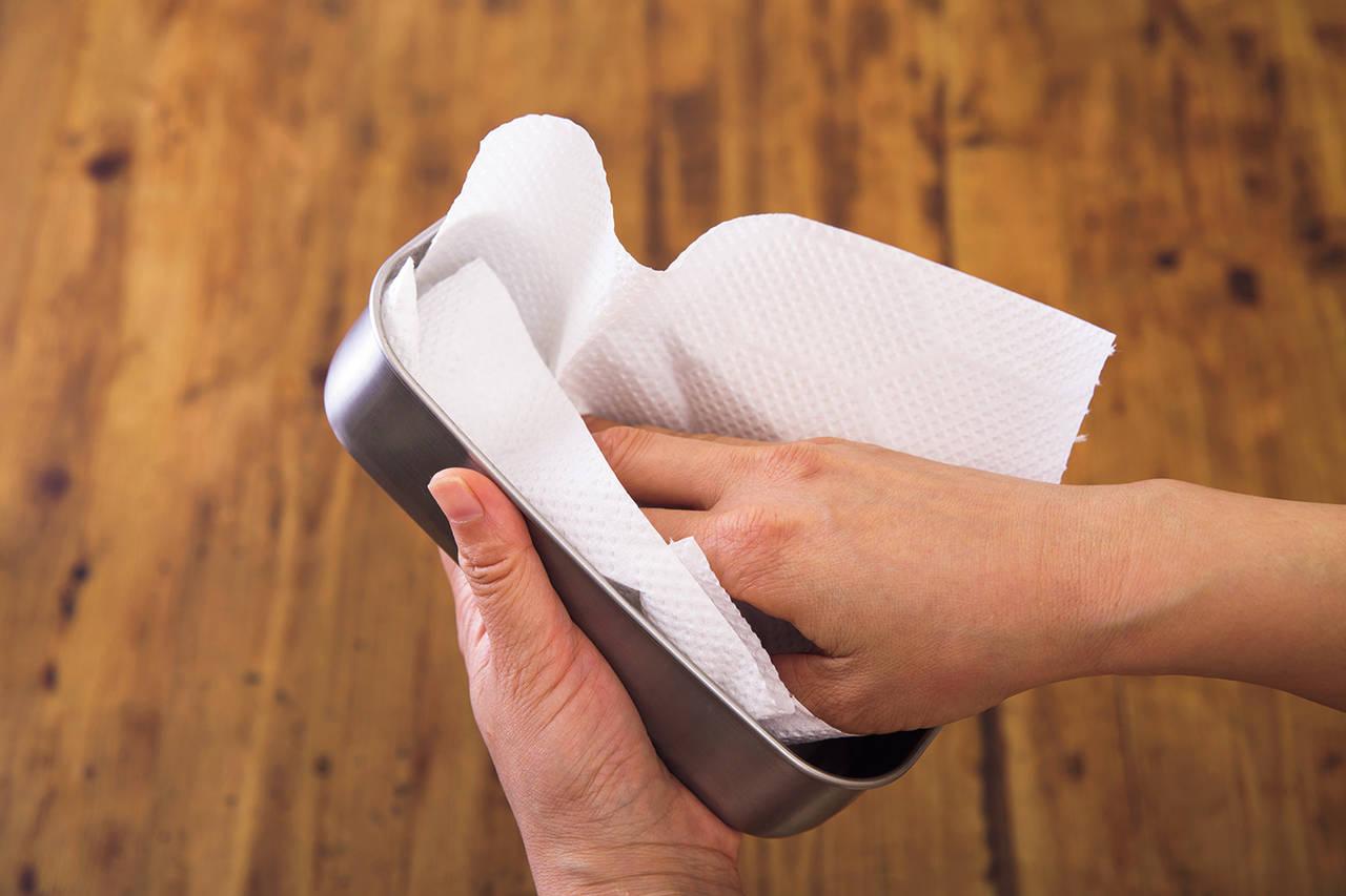 ② 用廚房紙巾擦乾。