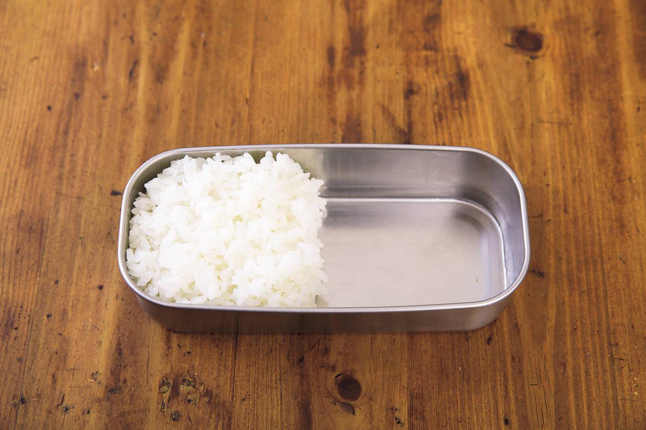 ➂ 先裝主食(如果米飯是冷的)