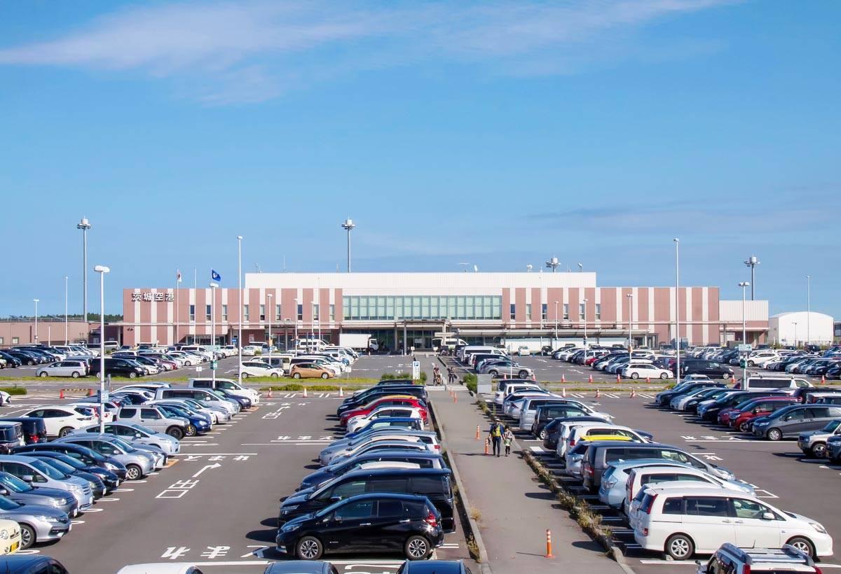 茨城機場還有一個特徵是其可容納3,000台車輛的免費停車場。若是有住在東京近郊的熟人要來接機時,不怕找不到停車位。