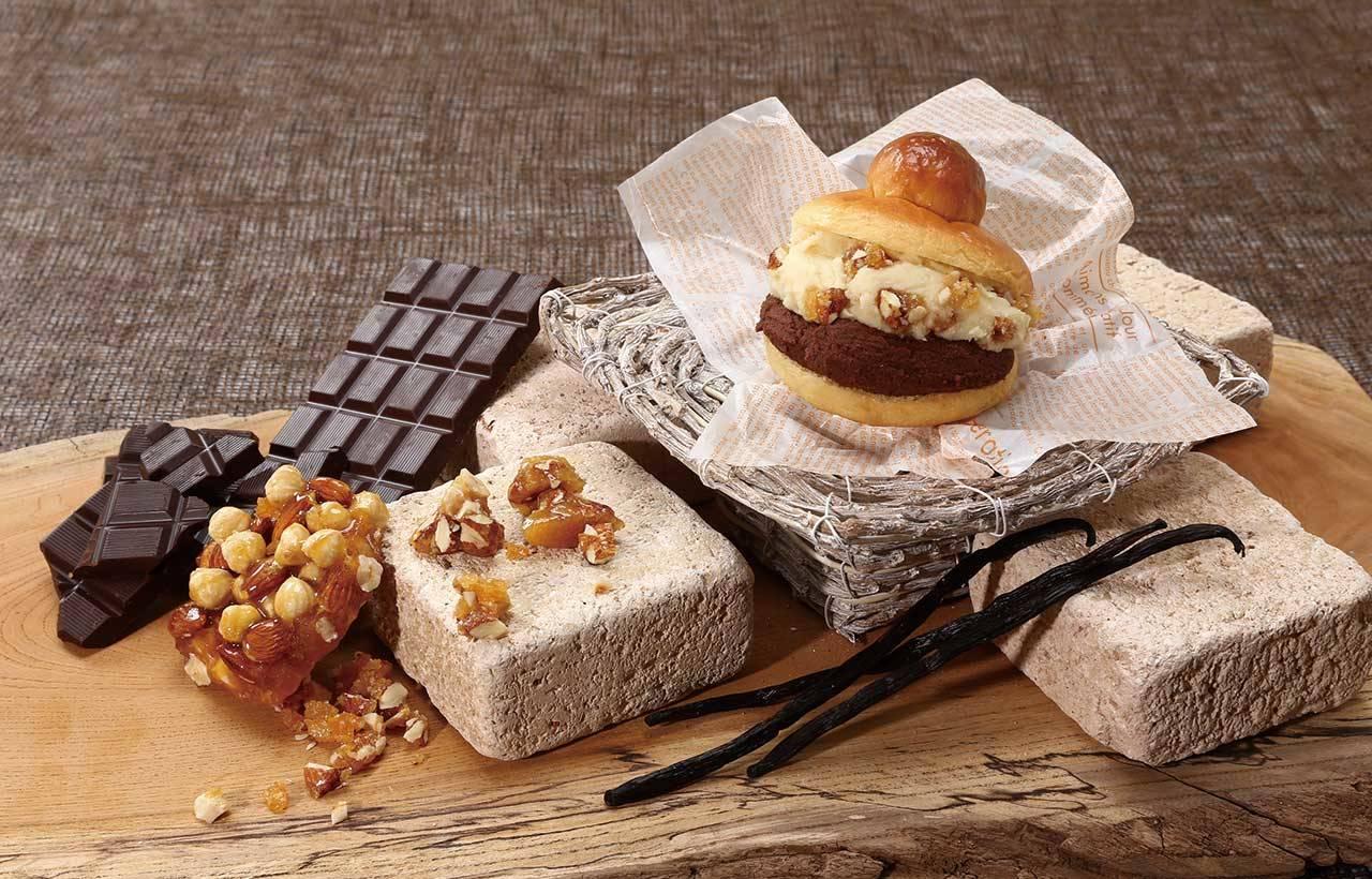 1. 原味布里歐麵包夾巧克力和焦糖堅果的雙重口味(550日圓),重點在於堅果的口感!