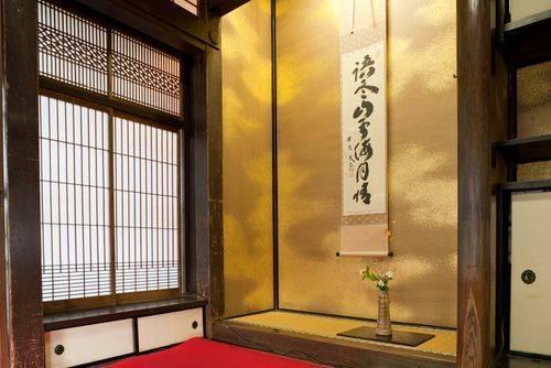 凹間(Tokonoma)、掛物(kakemono)和插花(ikebana)