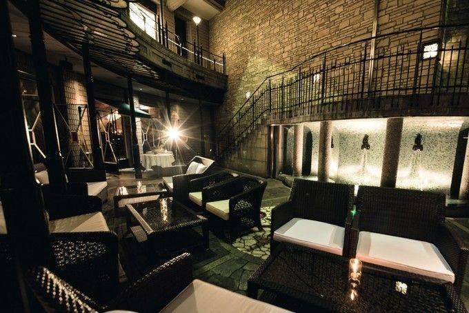 餐廳室外漂亮的休憩空間和一個酒吧休息室。