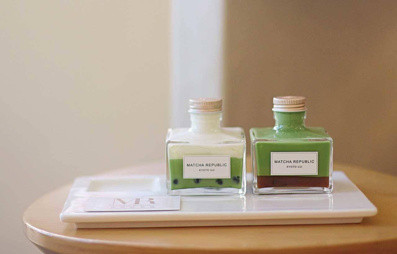 1.(左)加珍珠的「岩鹽起司 奶蓋抹茶拿鐵」(650日圓),以及(右)抹茶拿鐵中加入紅豆的「抹茶善哉」(600日圓)