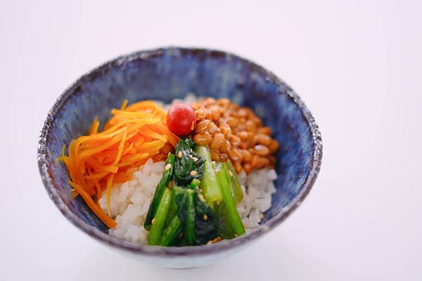 納豆と野菜の3色丼