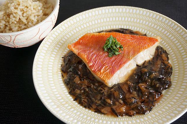 玄米ご飯とキンメダイの梅ひじき煮