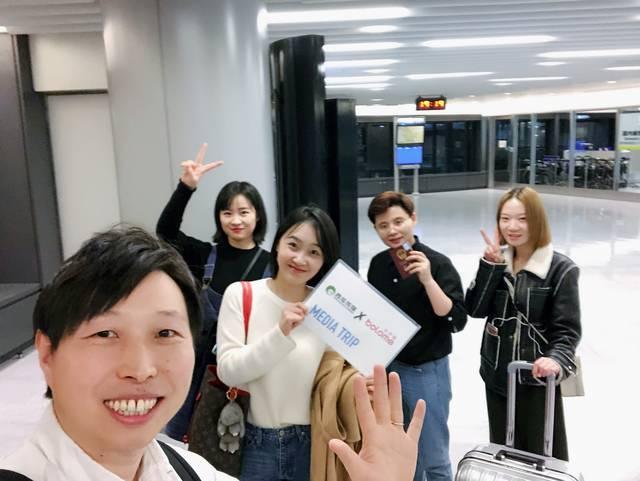 お出迎えの空港で記念撮影。右から『西瓜传媒』編集長 趙...