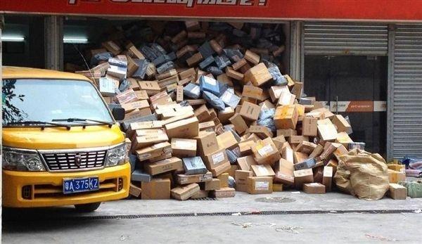 物流倉庫で出荷されずに山積みになっている商品