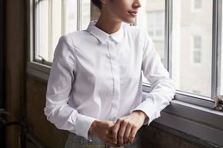 すべての女性を引き立てるクラシックな白いシャツ