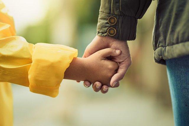 手と手の触れ合いがもたらしてくれる4つのこと
