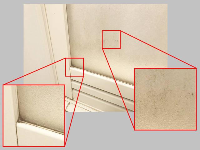 遠目には気づきにくいけど、よく見るとドアの半透明部分に...