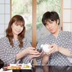 日本酒を楽しむ恋人との旅行