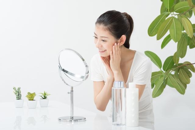 鏡で肌をチェックする女性(正面)6|写真素材なら「写真AC」無料(フリー)ダウンロードOK (287)