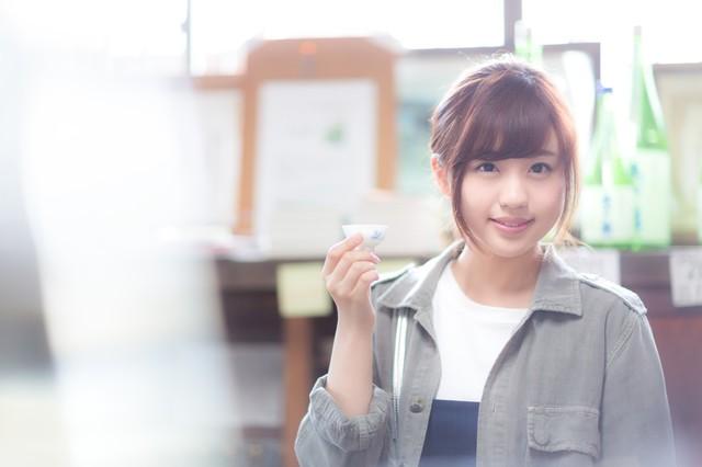 美味しい日本酒を堪能するほろ酔い美人|フリー写真素材・無料ダウンロード-ぱくたそ (570)