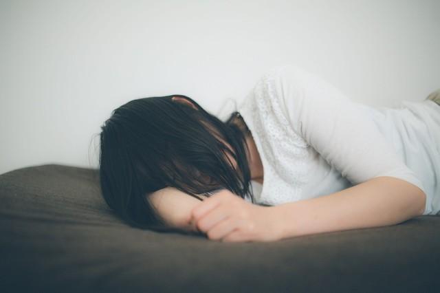 ひとり腕枕で寂しさを紛らわす失恋女子|フリー写真素材・無料ダウンロード-ぱくたそ (655)