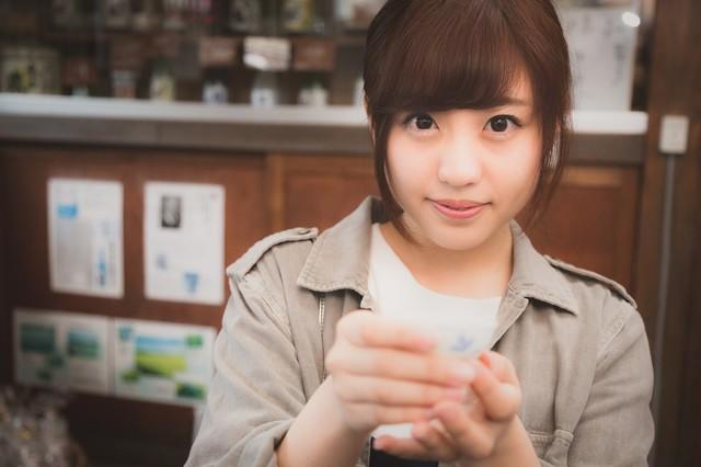 試飲を勧める日本酒好きの女の子|フリー写真素材・無料ダウンロード-ぱくたそ (664)