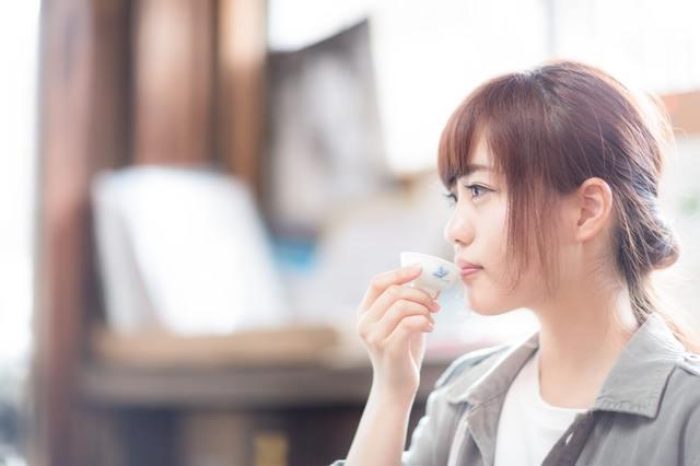 蔵元で日本酒をいただく若い女性観光客|フリー写真素材・無料ダウンロード-ぱくたそ (672)