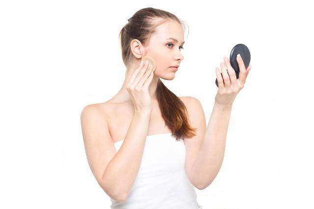 コンパクトミラーを見ながら真剣な表情で化粧をする女性|フリー写真素材・無料ダウンロード-ぱくたそ (745)