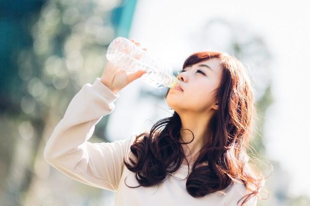 ミネラルウォーターを飲む若い女性|フリー写真素材・無料ダウンロード-ぱくたそ (746)