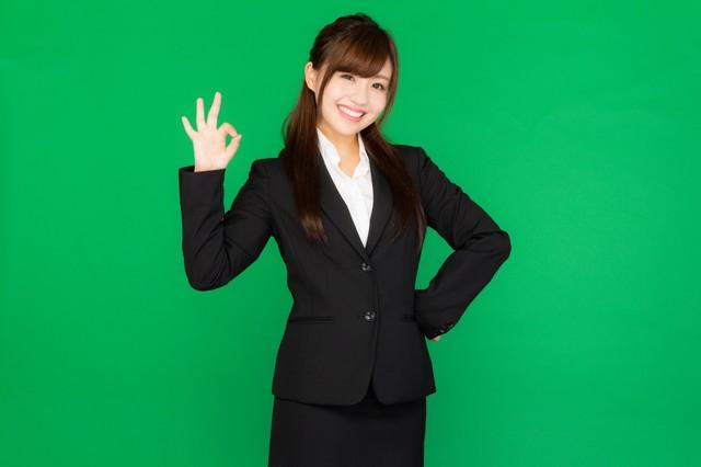 バッチリOK!と手で合図を送るスーツ姿の若い女性(グリーンバック)|フリー写真素材・無料ダウンロード-ぱくたそ (946)
