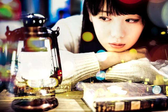 ランタンを見つめる文学美女(フォトモンタージュ)|フリー写真素材・無料ダウンロード-ぱくたそ (1145)