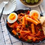 韓国で食べたまさにあの味!お家で簡単に作れる「甘辛トッポッキ」レシピ♡