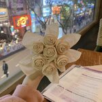 韓国の彼氏が彼女にプレゼントする「ティッシュで作るバラ」の作り方をご紹介♡