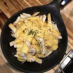 韓国でサイドメニューとして人気の一品レシピ!自宅で作れるバターガーリックフライドポテト♡
