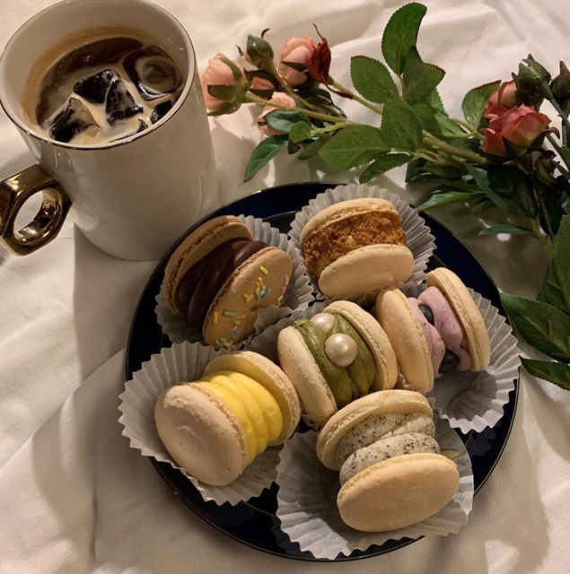 "Thursday coffee & macaron(주영준) on Instagram: ""달달한 마카롱과 잘 어울리는 아메리카노! 썰스데이커피&마카롱 ❗️JMT❗️ -오늘의 라인업- 🍩더블딸기조개 🍩로투스 🍩오레오크림치즈 🍩진주말차 🍩타히티바닐라 🍩체다칩황치즈 🍩마약옥수수 🍩티라미수 🍩블루베리치즈 🍩도넛초코 🍩홍차얼그레이 🍩인절미…"" (28089)"