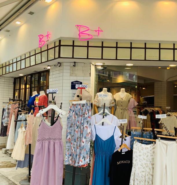 """♥ ゆか 유카 ︎♥ on Instagram: """"⋆ ⋆⋆ ソウル旅行記 2019.07.10〜12 📍梨大 「  B+ 」  2枚目のピンク。 めっちゃ可愛かったけど若すぎるので諦めた😅  むかぁ〜し昔、8年ほど前に来た時とは別の地の様に変わっていた梨大。 可愛い服屋さんがいつの間にこんなに!(笑)…"""" (74749)"""