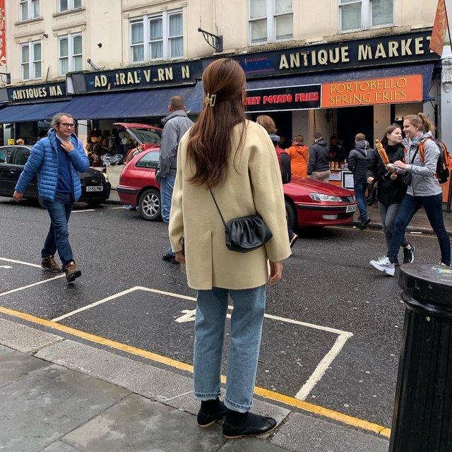 "@pouvoir.b on Instagram: ""여기 너무 런던같고 좋아요! 빈티지한 소품도 많고 사람들도 친절하고💛 ㅎㅎ어제 올린 브이로그 댓글 보면서 좋아하고있는중이랍니다 😳 저녁에 모두 답글달게오 감사해요!"" (102621)"
