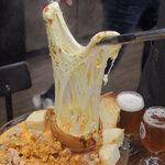 ソウルのとろけるチーズが乗ったチキンが美味しいチキン専門店♪
