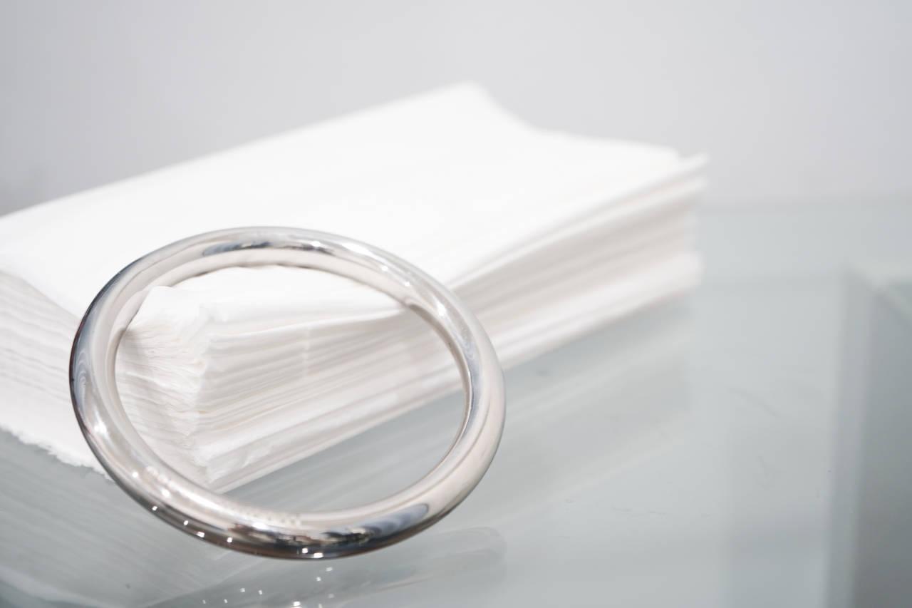 小さなものでティッシュをおさえる。「Toro Tissue Ring」